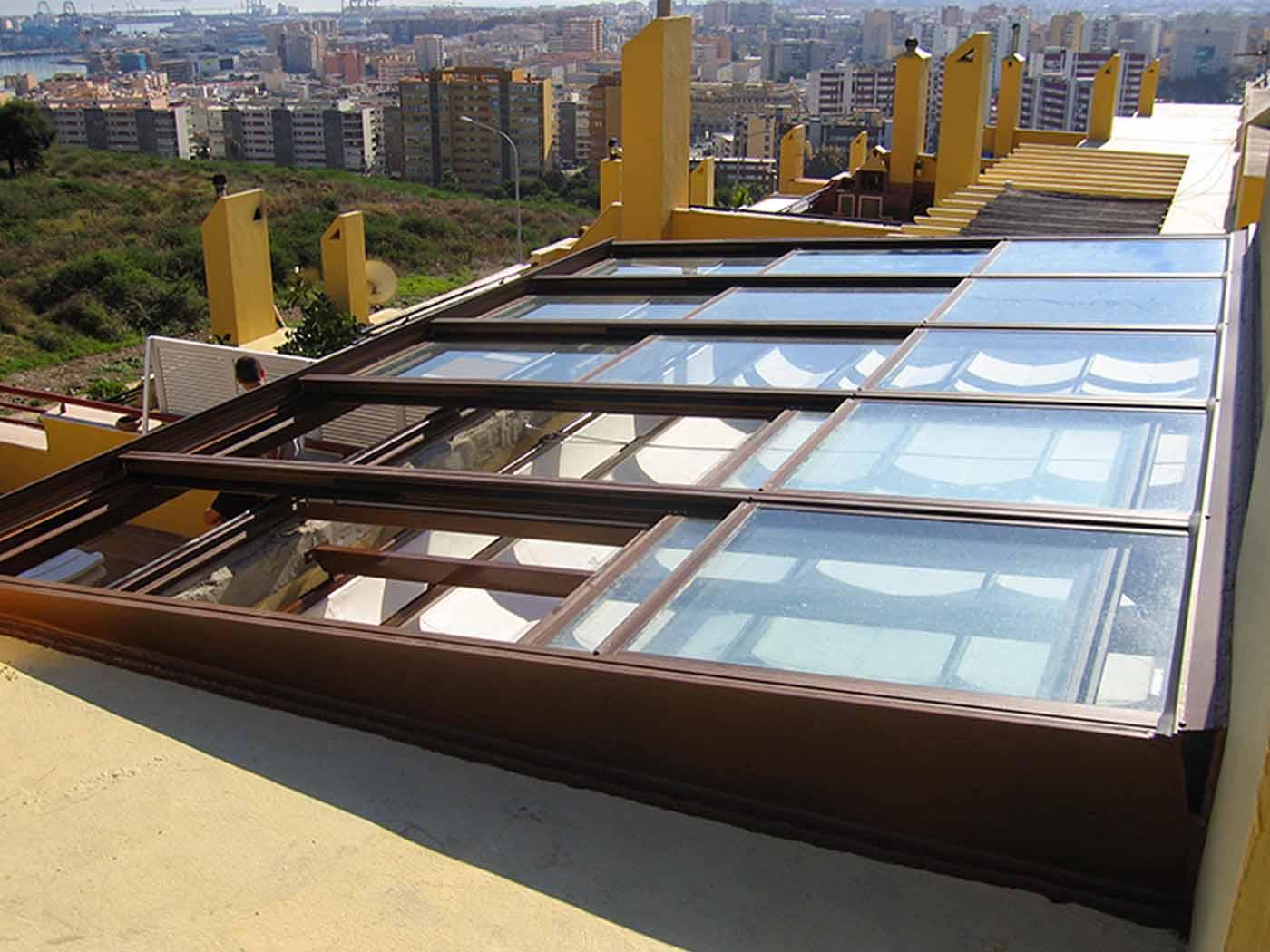Cerramiento con techo móvil transparente
