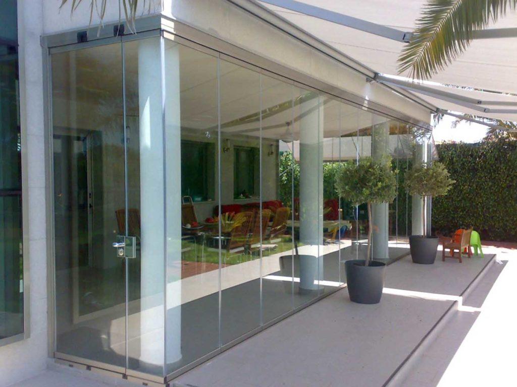Cerramiento en terraza con cortinas de cristal sin perfiles