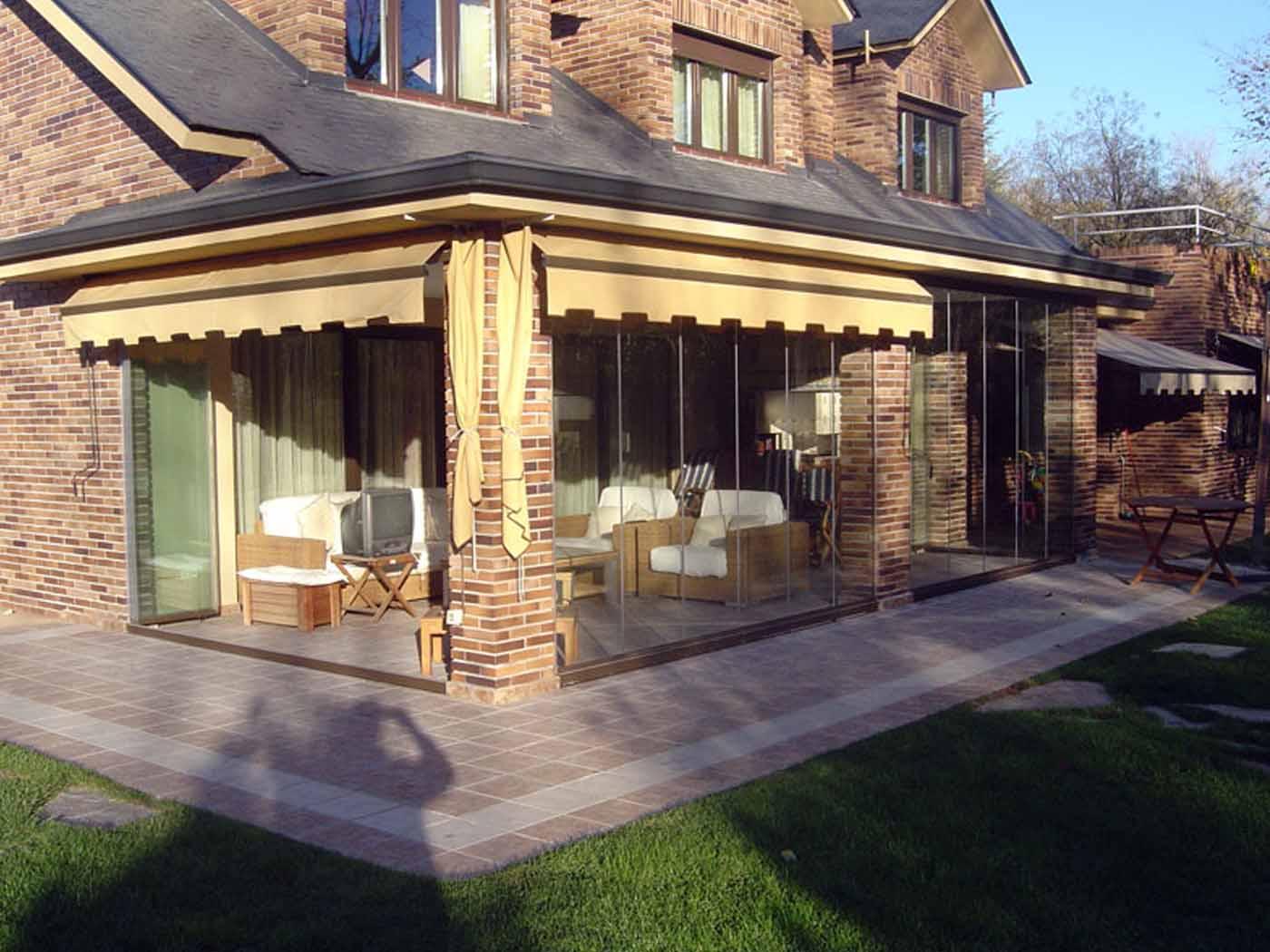 Cerramiento en porche con cortinas de cristal sin perfiles