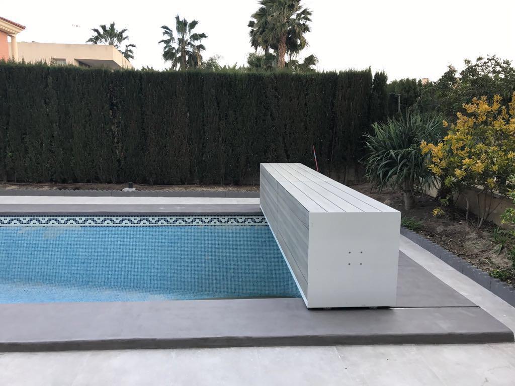 Cubierta de piscina de lamas y cajón de blanco móvil