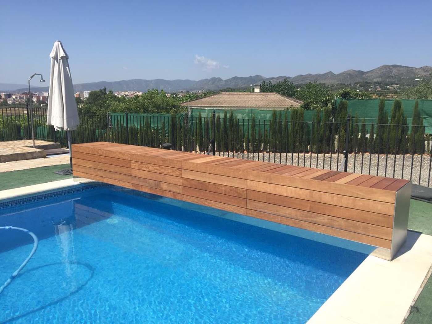 Cubierta de piscina de lamas azules y cajón de madera tropical